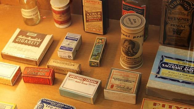 Vyškovská Knihovna Karla Dvořáčka momentálně hostí výstavu zaměřenou na vývoj lékárenství. Ve čtvrtek můžou lidé dorazit i na komentovanou prohlídku.