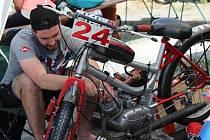 Rychtářov zažil sedmnáctý ročník Moped Rallye. Kromě těchto strojů mohli návštěvníci obdivovat i několik starých aut, která byla vystavená nedaleko zázemí závodníků.