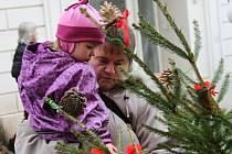 Čekání na Vánoce si mohou děti zpříjemnit společným vyráběním dekorací. Ilustrační snímek.