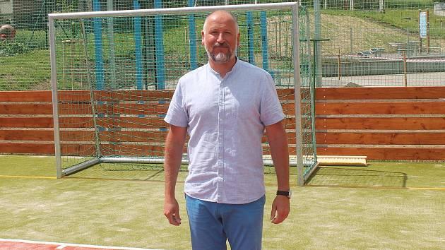 Starosta Nemojan Dalibor Hlavsa na novém multifunkčním hřišti.