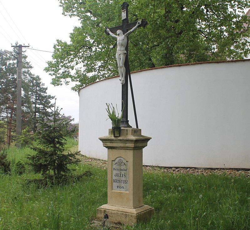 Kříž poblíž kostela svatého Bartoloměje.