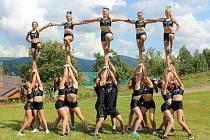 Cheerleading je gymnastický týmový sport plný adrenalinu a emocí. Na snímku Glitter Stars.