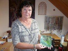 Irena Lochmanová z Rousínova vyrábí netradiční šperky, maluje obrazy žehličkou a v minulosti psala do cestovatelských časopisů.