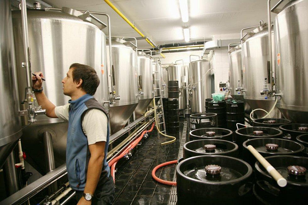 Práce v pivovaru.