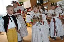 Krojovaní tanečníci zatančili dětem v mateřských školkách ve Vyškově pravou Hanáckou besedu.