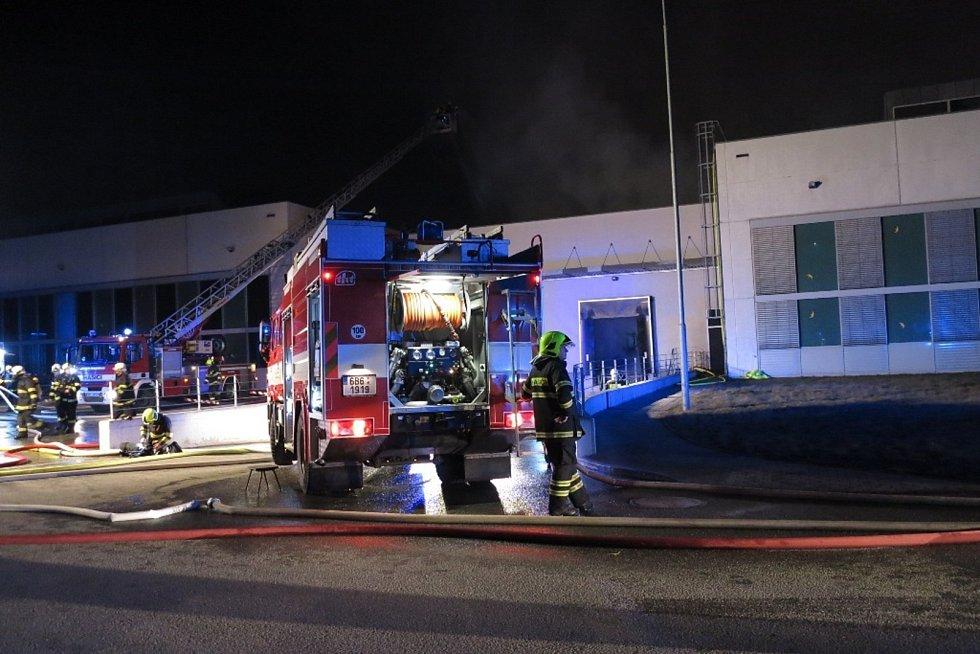 Patnáct jednotek hasičů, třetí stupeň požárního poplachu a zničená expediční hala ve vyškovské průmyslové zóně Sochorova. Tak vypadal noční výjezd hasičů do vyškovské Pustiměřské ulice. Oheň se začal šířit po páteční jedné hodině v noci.