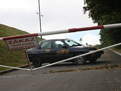 Zablokovaná příjezdová cesta ke koupališti v Bučovicích.