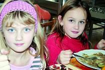 CHUTNÁ! Čočka na kyselo dvěma žačkám základní školy ve vyškovské Nádražní ulici  chutnala.