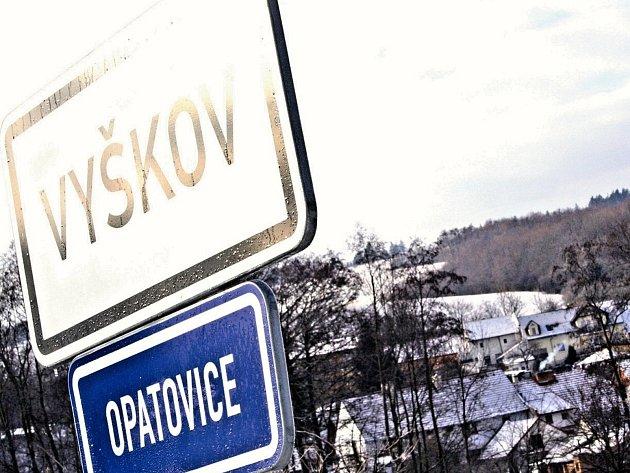 Dopravní cedule s názvy místních částí matou turisty. Vítá je Vyškov, přestože jsou třeba v Opatovicích.