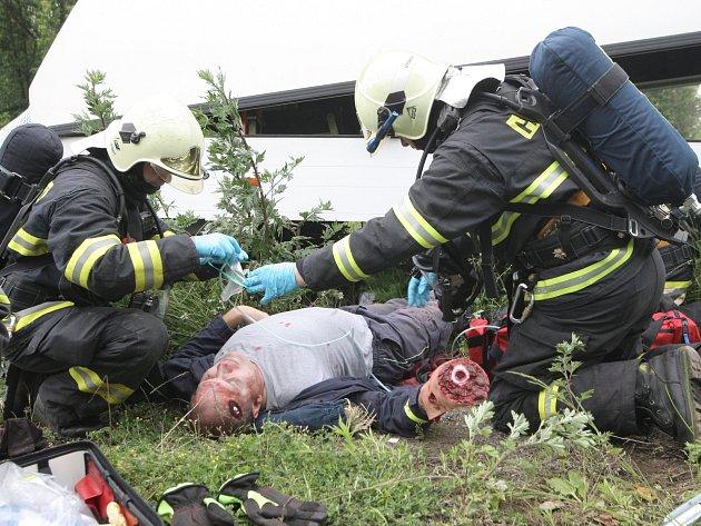 Cvičení jednotek integrovaného záchranného systému při simulované letecké nehodě ve Vyškově.