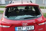 Vandal poničil i zaparkované automobily.