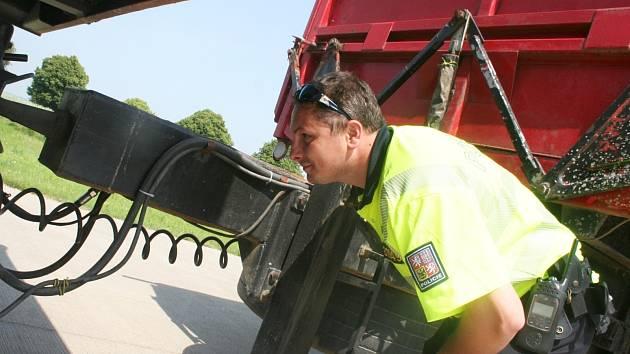 Policisté kontrolovali projíždějící kamiony.