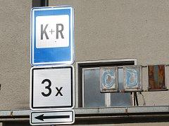 Na vlakovém nádraží ve Vyškově je umístěna nová dopravní značka na krátkodobé zastavení. Mnozí řidiči ani nevědí, co znamená.