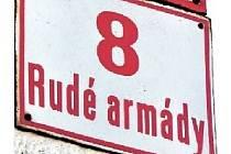 Na rušné výkladní skříni města pozorné kolemjdoucí něco zarazí. Pod číslovkami domů totiž stojí podivný název ulice, a to Rudé armády.