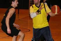 Vyškovský basketbalista Petr Madžarov (ve žlutém) zaujme v nové sezoně trochu jiný post, než na jaký jsou u něj fanoušci zvyklí. Usedne na trenérskou lavičku.