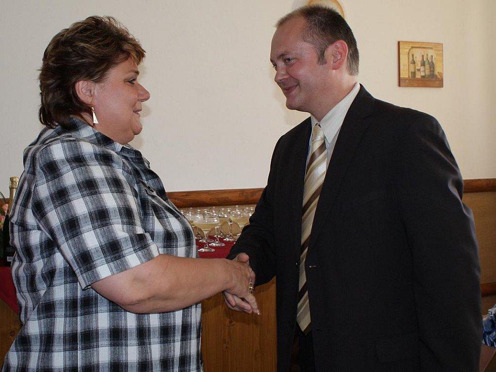 Starostka jihomoravské Vesnice roku 2010 Hana Šíblová s hejtmanem jihomoravského kraje Michalem Haškem.
