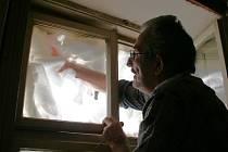 Pavel Malovec vyplnil kvůli hluku prostor mezi okenními tabulkami zbytky molitanu a pak okno zatloukl.