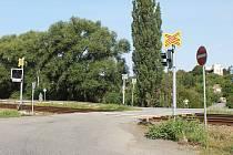 Přes přejezd v Nesovicích řidiči jezdili, i když na semaforu u něj svítila červená.