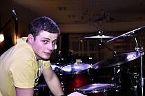 Dvaadvacetiletý David Ševčík z Bučovic hraje v kapele Pokrock. Vystupoval i na náměstí Svobody v Brně.