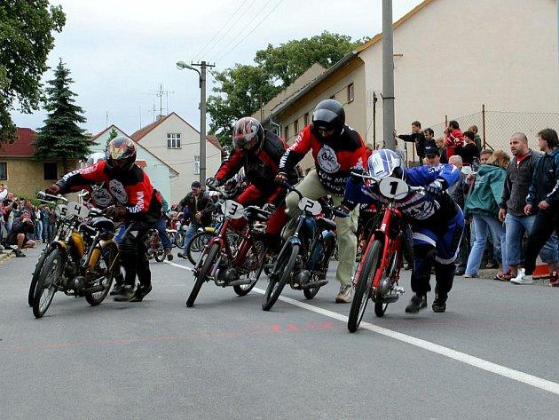 Závody mopedů. Ilustrační fotografie.