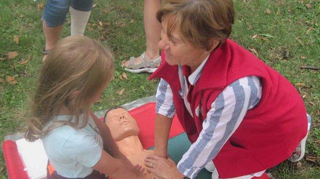 S resuscitačními loutkami pracovníci vyškovského červeného kříže na vštěvují i školy. Například při Světovém dni první pomoci.