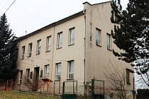 Rekonstrukce bývalé školy v Černčíně se už řadu let odkládá.