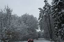 Zledovatělá vrstva sněhu je také na cestě z Drnovic do Ježkovic.