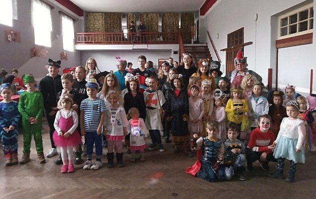 Vneděli roztančily děti vmaskách sál ve Vážanech nad Litavou.