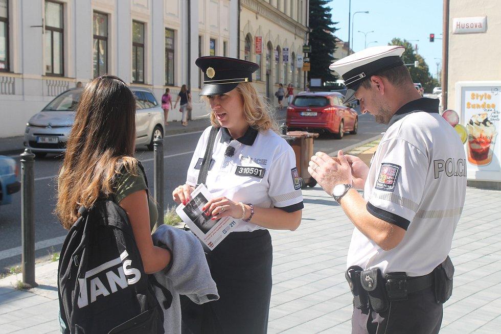 Policisté varovali chodce před užíváním sluchátek a telefonů na přechodu.