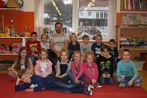 Žáci první třídy základní školy v Bošovicích s třídním učitelem Ladislavem Gálou.