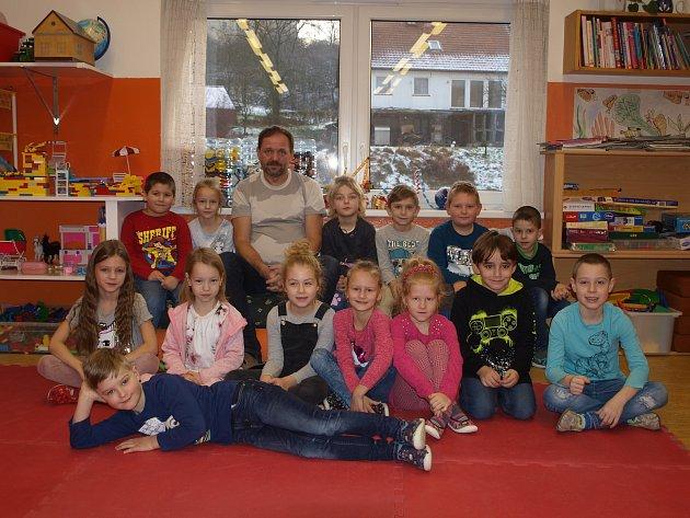 Žáci první třídy základní školy vBošovicích střídním učitelem Ladislavem Gálou.