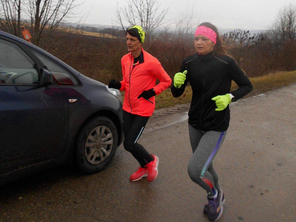 Rostěnická desítka běžců AK Drnovice vedla i podél dálnice.