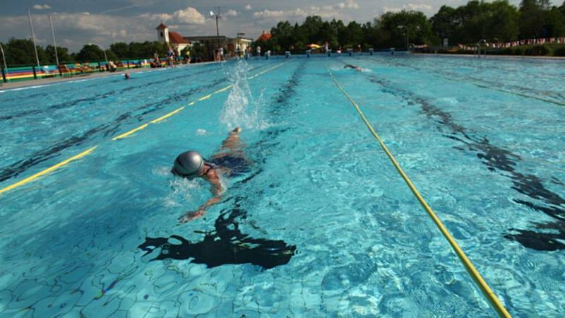 V posledních třech letech mířily investice zejména do vybavení koupaliště dětskými atrakcemi. V malých bazénech je minitobogán, klouzačka a chrlič.  Foto: ARCHIV MĚSTA SLAVKOV