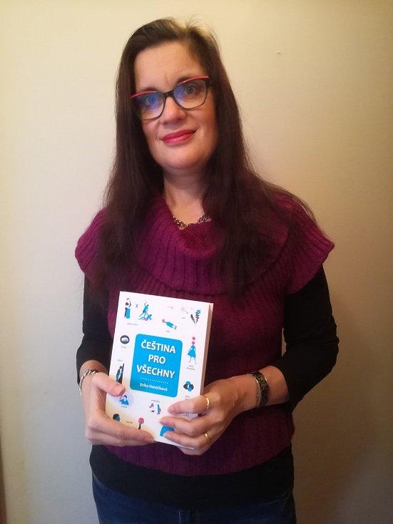 Erika Hanáčková se svojí knihou Čeština pro všechny.