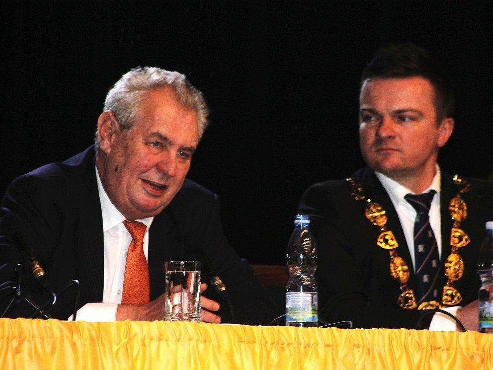 Miloš Zeman ve Slavkově u Brna odpovídal i na otázky veřejnosti.