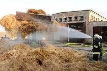 Deset jednotek hasičů, včetně těch ze Zlínského a Olomouckého kraje, likvidovaly požár seníku v Radslavicích. Dva objekty v uzavřeném areálu na okraji vesnice zachvátily plameny před sobotní šestou hodinou večer.