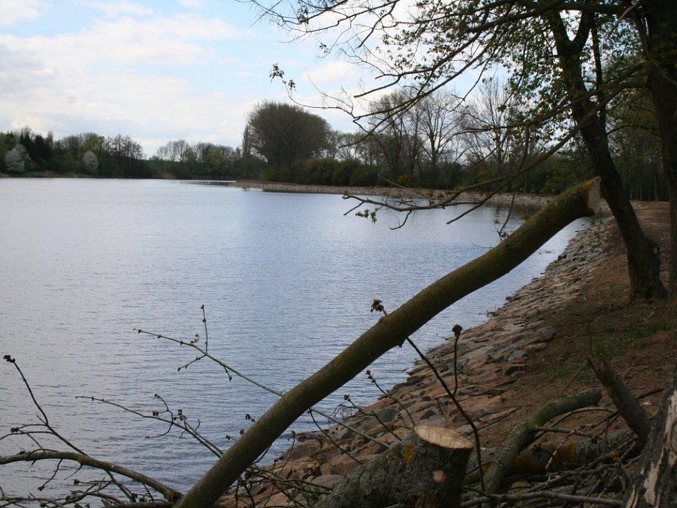 Odbahněný a z velké části už napuštěný vyškovský rybník Kačenec.