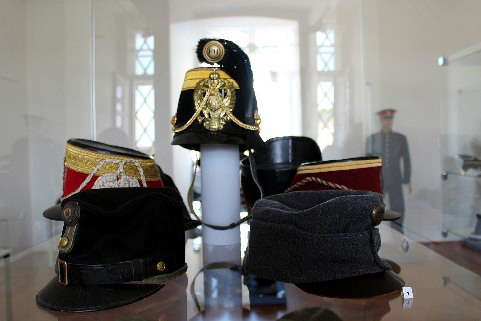 Sbírka Jiřího Skokana obsahuje také odhadem čtrnáct set pokrývek hlavy. Nejzajímavější kousky byly vystavené ve Vyškově.