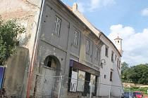 Dům v Husově ulici 63 ve Slavkově u Brna hrozí pádem. Je nebezpečí, že s sebou strhne i radnici.