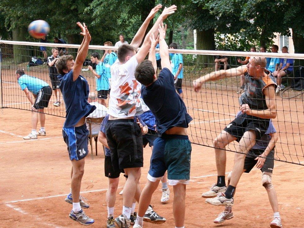 Druholigoví volejbalisté Sokola Bučovice vyhráli silně obsazený turnaj na antuce v Holubicích.