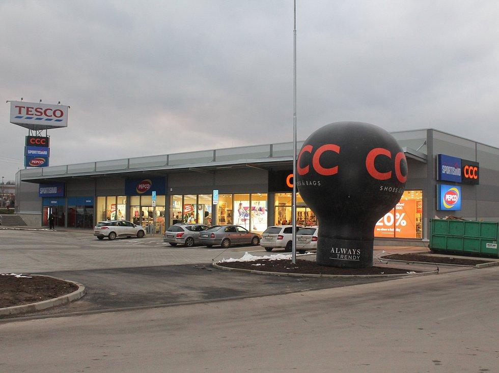 Ve Vyškově se lidem otevřelo nové nákupní centrum.