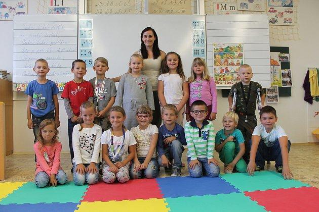 Žáci 1.B ze Základní školy a Mateřské školy Letní pole ve Vyškově spaní učitelkou Lenkou Frydrychovou.