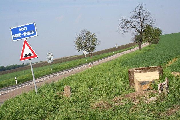 Po havárii dvou osobních aut mezi Otnicemi a Újezdem uBrna uodbočky na Šaratice zůstal rozbitý pomníček.