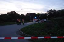 Motorkář narazil do projíždějícího vlaku i navzdory výstražným světlům na přejezdu.