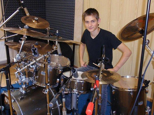 Když si chtěl David ve svých začátcích půjčit na prázdniny bubny, jeho matka byla proti. Nakonec synovi jeho vysněný nástroj dovolila a on je jí vděčný.