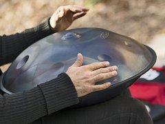 Hudební nástroj handpan. Ilustrační foto.