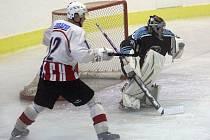 Přes inkasované góly patřil brankář Lukáš Janků k lepším hráčům zápasu, který vyškovští hokejisté prohráli v Brně s Kometou Úvoz 1:8.