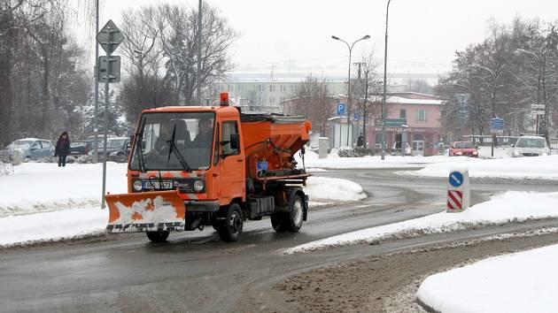 Rozbředlý sníh po chemickém ošetření dělal v pondělí ráno problémy desítkám řidičům.