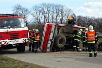 Silnice mezi obcemi Habrovany a Nemojany byla v sobotu odpoledne uzavřená kvůli dopravní nehodě hasičské cisterny.