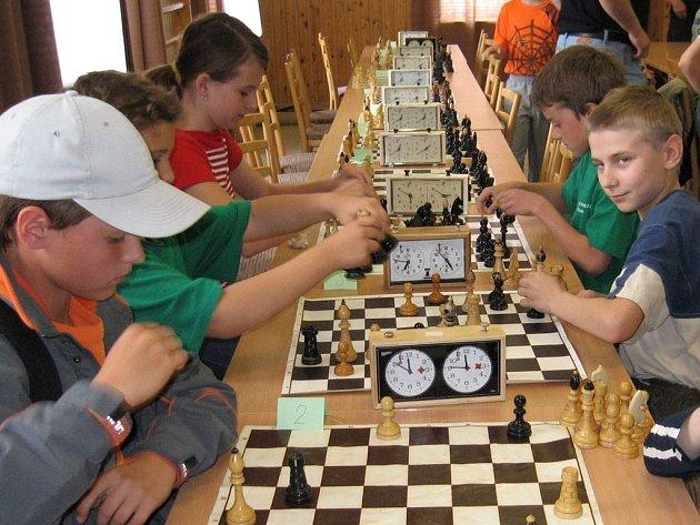 Ve vyškovském Domu dětí a mládeže se sešlo přes padesát mladých šachistů, aby se utkali o turnajové vítězství.